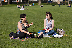 © Licensed to London News Pictures. 26/03/2017. LONDON, UK. Two friends enjoying a picnic during sunny spring weather in Green Park, London this lunchtime. Today is the first day of British Summer Time (BST). Photo credit: Vickie Flores/LNP
