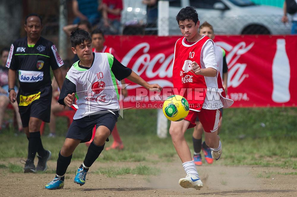 Lance da partida entre Esperança x Boleiros válida pela Copa Coca-Cola 2013 na Praça Cândico de Menezes, em Porto Alegre. FOTO: Vinícius Costa/Preview.com