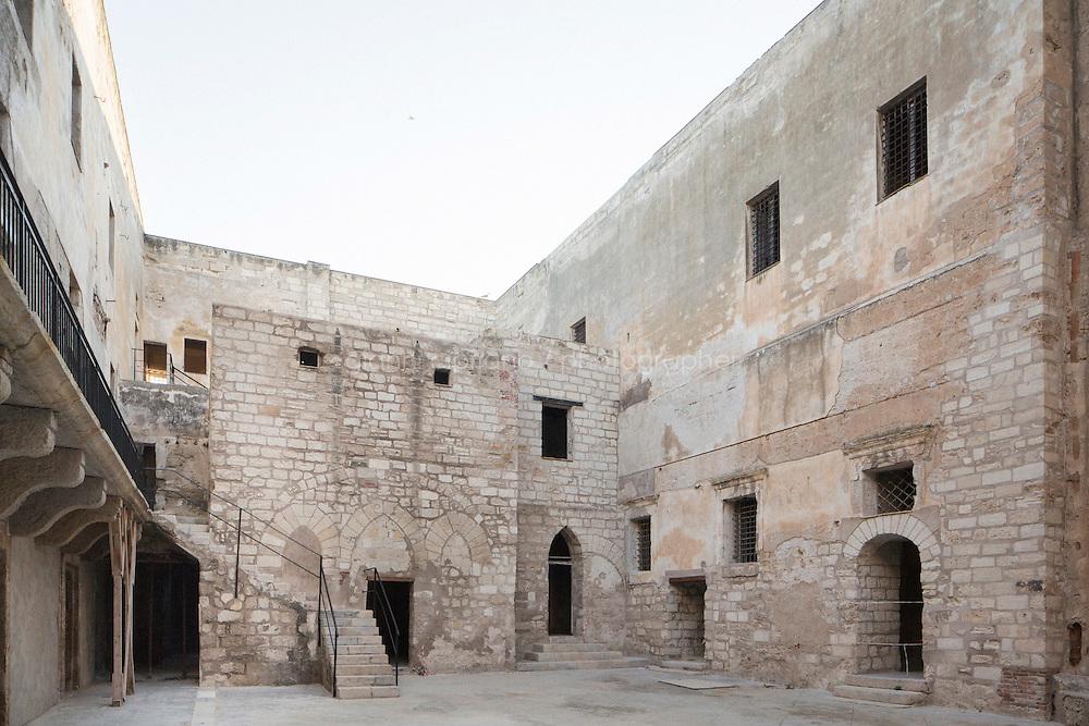 TRAPANI, ITALIA - 29 MAGGIO 2014: Il Castello della Colombaia a Trapani il 29 maggio 2014.<br /> <br /> La Colombaia, detta anche Torre Peliade o Castello di mare, &egrave; un'antica fortezza medievale trapanese, posta su un'isoletta all'estremit&agrave; orientale del porto di Trapani. &Egrave; alta 32 metri, composta da quattro piani sovrapposti, con il primo adibito a cisterna, mentre l&rsquo;ingresso originario si trovava al secondo piano. &Egrave; uno dei migliori esempi di architettura militare in Sicilia.