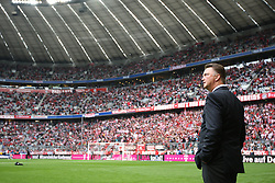 18.09.2010, Allianz Arena, Muenchen, GER, 1.FBL, FC Bayern Muenchen vs 1.FC Koeln, im Bild Louis van Gaal (Trainer Bayern) blickt nach oben vor der Tribuene , EXPA Pictures © 2010, PhotoCredit: EXPA/ nph/  Straubmeier+++++ ATTENTION - OUT OF GER +++++ / SPORTIDA PHOTO AGENCY