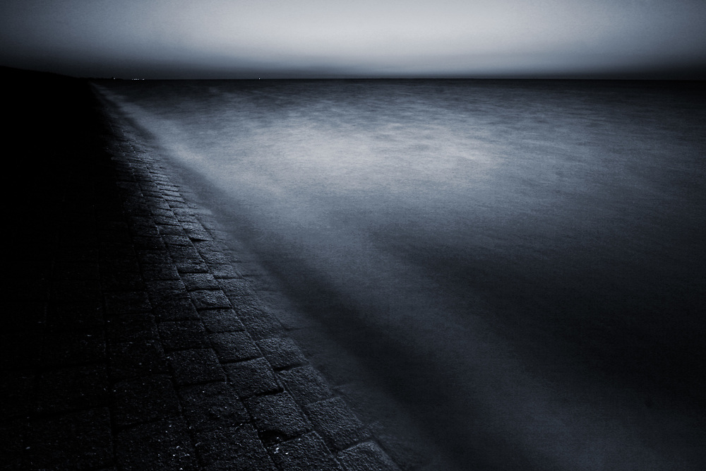 The Waddenzee dike at night // De Waddenzeedijk bij nacht.