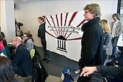 Nederland, Nijmegen, 4-3-2015Studenten voeren actie aan de RU.Actualiteitencollege met bestuursvoorzitter Gerard Meijer,  AKKU voorzitter Floor Albers van der Linden en de woordvoerder van de nieuwe universiteit Nijmegen, Mathias van Trigt.Actievoerders houden even een spandoek omhoog met het logo van de Nieuwe Universiteit Nijmegen, waarin de oproep in het Engels deze te veranderen.FOTO: FLIP FRANSSEN/ HOLLANDSE HOOGTE