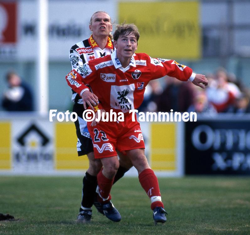 8.5.1997, Hietalahti, Vaasa.<br /> Veikkausliiga 1997.<br /> Vaasan Palloseura - FF Jaro.<br /> Jimmy Wargh (Jaro) v Mike Peltola (VPS).