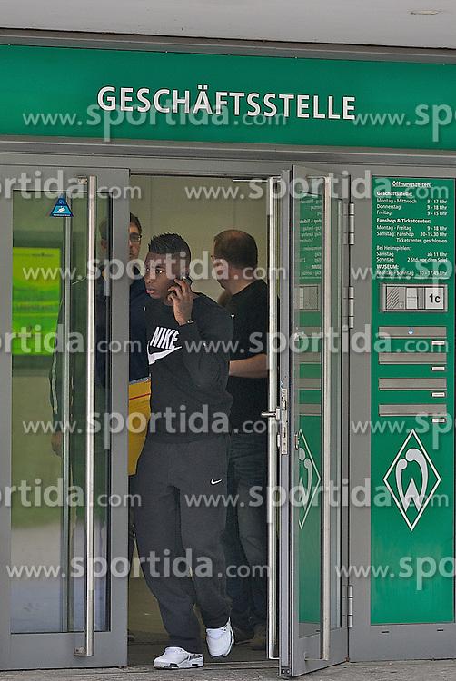 29.04.2013, Weserstadion, Bremen, GER, 1.FBL, SV Werder Bremen, im Bild Eljero Elia (SV Werder Bremen #11) nach dem Rapport in der Geschaeftsstelle auf dem Weg zum Parkplatz // at the main office of the German Bundesliga Club SV Werder Bremen at the Weserstadion, Bremen, Germany on 2013/04/29 . EXPA Pictures © 2013, PhotoCredit: EXPA/ Andreas Gumz ..***** ATTENTION - OUT OF GER *****