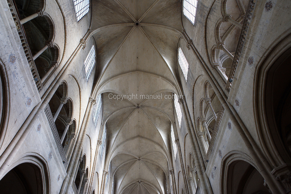 Nave, Church of Notre Dame, 12th - 14th century, Mantes-la-Jolie, Yvelines, France Picture by Manuel Cohen