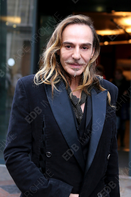 04.FEBRUARY.2013. PARIS<br /> <br /> FORMER DIOR DESIGNER, JOHN GALLIANO LEAVES THE CONSEIL DES PRUD'HOMMES, FRANCE'S INDUSTRIAL TRIBUNAL, IN PARIS, FRANCE ON FEBRUARY 4<br /> <br /> BYLINE: EDBIMAGEARCHIVE.CO.UK<br /> <br /> *THIS IMAGE IS STRICTLY FOR UK NEWSPAPERS AND MAGAZINES ONLY*<br /> *FOR WORLD WIDE SALES AND WEB USE PLEASE CONTACT EDBIMAGEARCHIVE - 0208 954 5968* *THIS IMAGE IS STRICTLY FOR BENELUX * FOR OTHER REGIONS PLEASE CONTACT EDBIMAGEARCHIVE - 0208 954-5968*