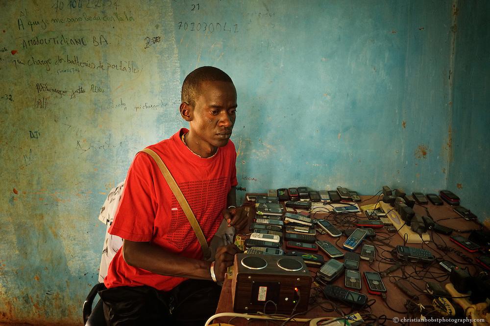 Dank der Finanzierung eines Sonnenkollektors können die lokalen HEKS Angestellten in YOUNOUFERE, Senegal ihre Rapporte nun mit einem Computer erfassen und bearbeiten. Die findigen HEKS Leute verkaufen den Strom auch an lokale Bauern, die damit während des Viehmarktes ihre Handys laden können.