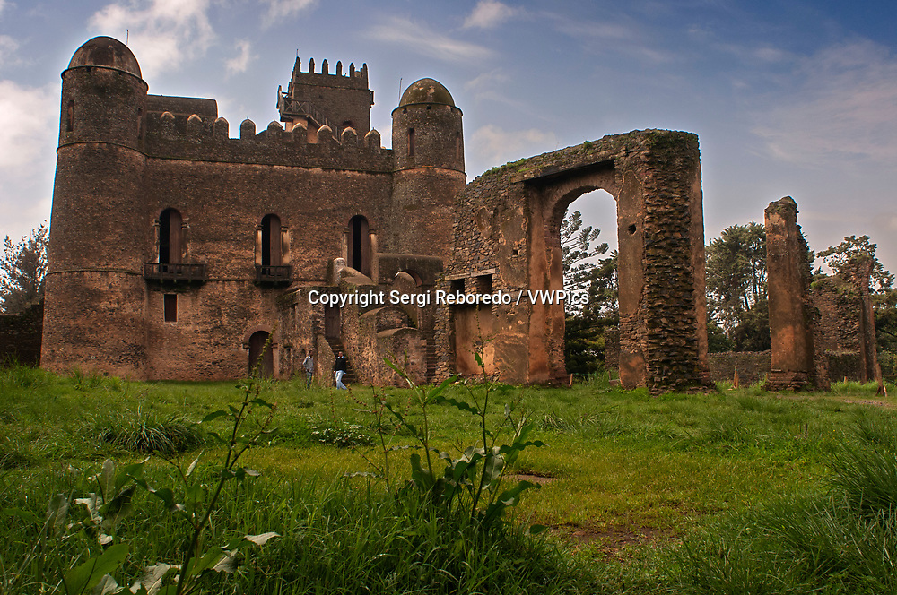 Royal Enclosure castle and other historical monuments Gondar, Ethiopia. Castle of the fasilidas. Most Spaniards know little about Ethiopia. In the heart of Gondar is the Royal Site or Fasil Ghebbi, declared a World Heritage Site in 1979. The walled area has six stone castles, Portuguese-style, axumatic inspiration or Indian influences. Some are huge, others more modest, there are more and less luxurious, worse and better preserved.