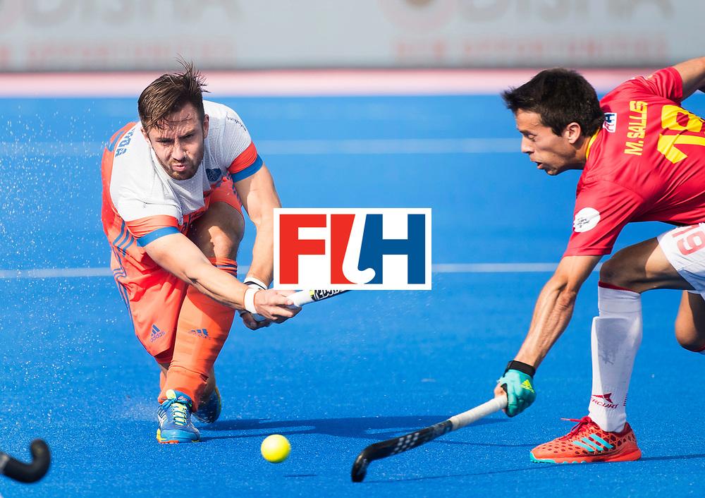 BHUBANESWAR -  Martijn Havenga (Ned) met Marc Salles (Esp)  tijdens  de Hockey World League Final wedstrijd Nederland-Spanje (2-3).  COPYRIGHT  KOEN SUYK