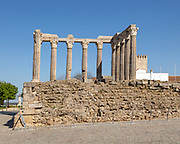 Templo Romano, Roman temple, ruins dating from 2nd or early 3rd century, commonly referred to as Temple of Dianan, but possibly dedicated to Julius Caesar. 14 Corinthian columns capped with marble from Estramoz. Evora, Alto Alentejo, Portugal, southern Europe