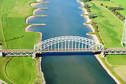 Nederland, Gelderland, Gemeente Arnhem, 30-09-2015; Spoorbrug Oosterbeek, dubbelsporige stalen spoorbrug over de Neder-rijn. Spoorwegverbinding tussen Arnhem en Nijmegen. De oorspronkelijk - gesloten - spoordam door de uiterwaarden aan de overzijde van de rivier is vervangen door bruggen en vormt bij hoog water niet langer meer een obstakel.<br /> Railway bridge over river Rhine west of Arnhem. <br /> <br /> luchtfoto (toeslag op standard tarieven);<br /> aerial photo (additional fee required);<br /> copyright foto/photo Siebe Swart