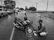 01 NOVEMBER 2017 - SAPHAN THAI, NAKHON SI AYUTTHAYA, THAILAND: Many communities north of Bangkok are flooded because dams have been opened to reliever pressure on reservoirs.      PHOTO BY JACK KURTZ