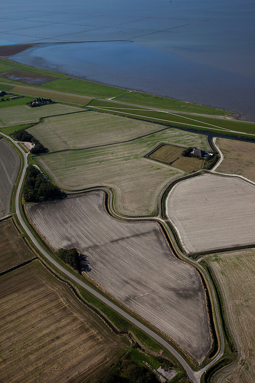 Nederland, Friesland, Gemeente Dongeradeel, 08-09-2009; Polders achter de zeedijk, ten Westen van Wierum. De grillige vormen weerspiegelen dat het land in fases op de zee verovert is.Polders behind the seawall, west of Wierum. The irregular shapes reflect that the land has been captured from the sea in different stages..luchtfoto (toeslag); aerial photo (additional fee required); .foto Siebe Swart / photo Siebe Swart
