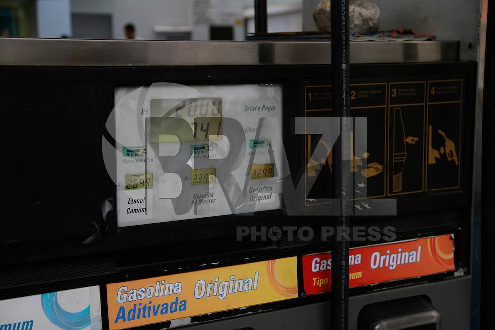 RIO DE JANEIRO, RJ, 02.09.2014, BOMBA DE GASOLINA, ABASTECIMENTO, PRE&Ccedil;O DE GASOLINA ,GASOLINA ABASTECIMENTO, Abastecimento de gasolina, Bomba de Gasolina, Pre&ccedil;o de gasolina, zona sul do Rio de Janeiro,  nesta ter&ccedil;a-feira, 2. O ministro da Fazenda, Guido Mantega, afirmou nesta ter&ccedil;a-feira (2) que tentar&aacute; novo reajuste da tabela do Imposto de Renda. Disse tamb&eacute;m que &quot;todo ano tem aumento da gasolina&quot; e que &quot;este ano n&atilde;o deve ser diferente&quot;.<br /> O reajuste da tabela do Imposto de Renda em 4,5% em 2015 estava em vigor at&eacute; a &uacute;ltima sexta-feira (29) por meio da medida provis&oacute;ria 644, que foi enviada ao Congresso por ocasi&atilde;o do Dia do Trabalho.  (foto: M&aacute;rcio Cassol/Brazil Photo Press)