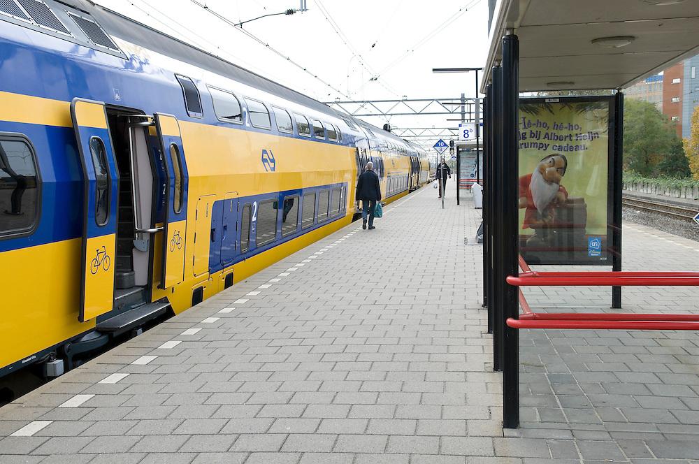 Nederland, Leiden, 20091027..Station Leiden..Perron 8/9 oude situatie