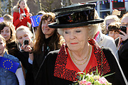 Hare Majesteit de Koningin woont dinsdagmiddag 12 maart in Bergen (NH) de viering bij van het 50-jarig bestaan van de Europese School Bergen.<br />  <br /> De Europese School is opgericht door de Europese Unie en biedt meertalig onderwijs aan kinderen van werknemers van Europese instellingen en internationale bedrijven. <br /> <br /> Her Majesty the Queen visits on Tuesday 12 March in Bergen (NH) the celebration of the 50th anniversary of the European School Bergen.<br />  <br /> The European School was founded by the European Union and provides multilingual education to children of employees of EU institutions and international companies.<br /> <br /> Op de foto / On the Photo:  Aankomst koningin Beratrix / Arrival Queen Beatrix
