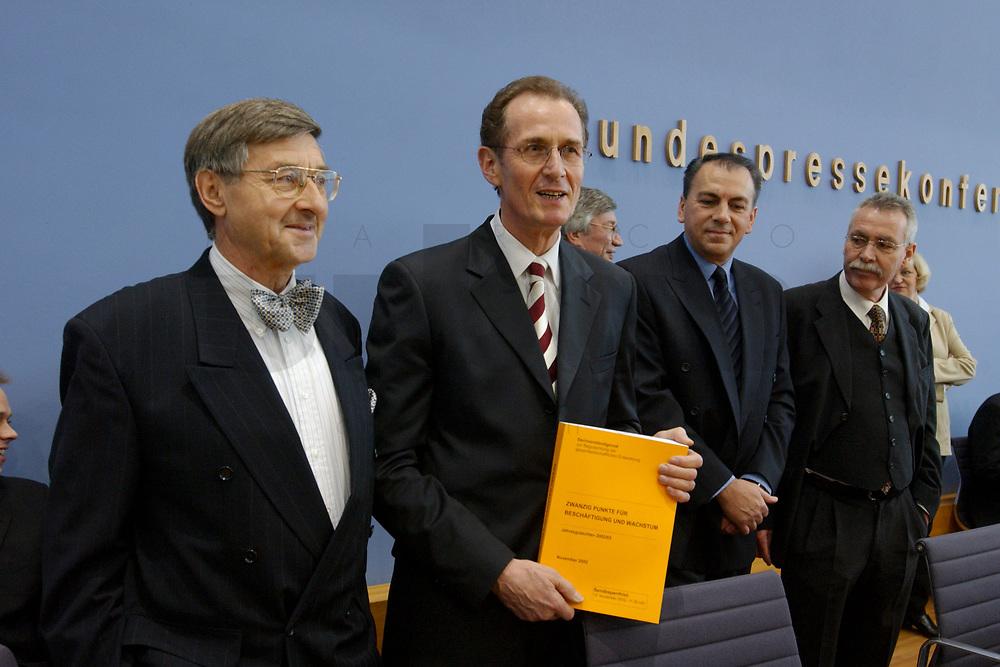 13 NOV 2002, BERLIN/GERMANY:<br /> Prof. Dr. Horst Siebert, Mitgl. d. Sachverstaendigenrates, Prof. Dr. Bert Ruerup, Mitgl. d. Sachverstaendigenrates, Prof. Dr. Axel Weber, Mitgl. d. Sachverstaendigenrates, Prof. Dr. Wolfgang Wiegard, Vorsitzender d. Sachverstaendigenrates, (v.L.n.R.), mit dem Gutachten, vor Beginn der Pressekonferenz zur Uebergabe des Jahresgutachtens 2002/2003 &quot;Zwanzig Punkte fuer Beschaeftigung und Wachstum&quot;,  durch die Sachverstaendigenrates zur Begutachtung der gesamtwirtschaftlichen Entwicklung, Bundespressekonferenz<br /> IMAGE: 20021113-03-005<br /> KEYWORDS: Sachverst&auml;ndigenrat, Bert R&uuml;rup, &Uuml;bergabe, Wirtschaftswissenschaftler