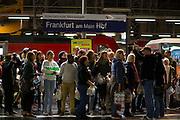 Frankfurt | Germany | 05.09.2015 : In der Nach vom 05. auf den 06. September kommen Fl&uuml;chtlinge mit Z&uuml;gen ins Rhein-Main-Gebiet oder haben hier einen Zwischenstopp auf dem Weg in andere Regionen. Mehrere Hundert Menschen aus verschiedenen Gruppierungen erwarten die Fl&uuml;chtlinge am Hauptbahnhof und dem Fernbahnhof de Flughafens.<br /> <br /> hier: Menschen erwarten einen Zug mit Fl&uuml;chtlingen am Frankfurter Hauptbahnhof.<br /> <br /> 20150905<br /> Sascha Rheker<br /> <br /> [Inhaltsveraendernde Manipulation des Fotos nur nach ausdruecklicher Genehmigung des Fotografen. Vereinbarungen ueber Abtretung von Persoenlichkeitsrechten/Model Release der abgebildeten Person/Personen liegt/liegen nicht vor.] [No Model Release | No Property Release]