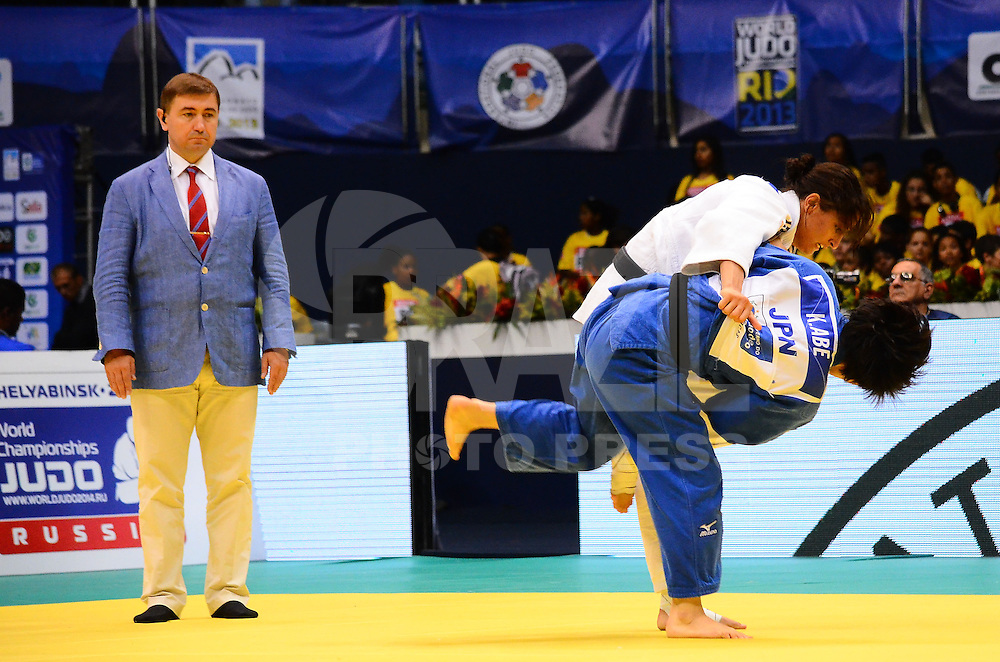 RIO DE JANEIRO, RJ,29 DE AGOSTO DE 2013 -CAMPEONATO MUNDIAL DE JUDÔ RIO 2013- A israelense Yarden Gerbi(de branco) derrota a japonesa Kana Abe na semi-final da categoria 63kg no Mundial de Judô Rio 2013, no Maracanazinho de 26 de agosto a 01 de setembro, zona norte do Rio de Janeiro.FOTO:MARCELO FONSECA/BRAZIL PHOTO PRESS