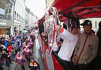FUSSBALL TRIPELPARTY  SAISON  2012/2013  02.06.2013 Champions Party des FC Bayern Muenchen nach dem Gewinn des DFB Pokal und Triple.  Das Team feiert auf einer Buss-Tour durch die Muenchner Innenstadt, von der Muenchner Freiheit bis zum Marienplatz den historischen Gewinn des CHL Pokal, des Meisterschaft und DFB Pokal  Bastian Schweinsteiger (Mitte) mit CHL Pokal und Fitnesstrainer Thomas Wilhelmi (re)