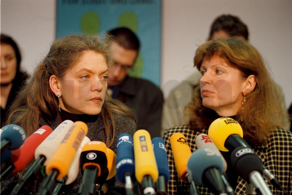 07.01.1999, Deutschland/Bonn:<br /> Antje Radcke und Gunda Röstel, Sprecherinnen des Bundesvorstandes B90/Grüne, während einer Pressekonferenz zur Bundesvorstandsklausur von Bündnis 90 / Die Grünen, Bundesgeschäftsstelle, Bonn  <br /> IMAGE: 19990107-02/01-09<br /> KEYWORDS: Gunda Roestel, Mikrofon, microphone