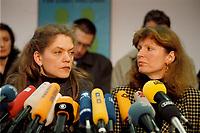 07.01.1999, Deutschland/Bonn:<br /> Antje Radcke und Gunda R&ouml;stel, Sprecherinnen des Bundesvorstandes B90/Gr&uuml;ne, w&auml;hrend einer Pressekonferenz zur Bundesvorstandsklausur von B&uuml;ndnis 90 / Die Gr&uuml;nen, Bundesgesch&auml;ftsstelle, Bonn  <br /> IMAGE: 19990107-02/01-09<br /> KEYWORDS: Gunda Roestel, Mikrofon, microphone