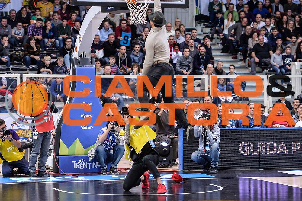 DESCRIZIONE : Trento Beko All Star Game 2016 Mini Slam Dunk Contest<br /> GIOCATORE : Trent Lockett Giuseppe Poeta<br /> CATEGORIA : Schiacciata Controcampo Curiosità<br /> SQUADRA : Dolomiti Energia Trento<br /> EVENTO : Beko All Star Game 2016<br /> GARA : Mini Slam Dunk Contest<br /> DATA : 10/01/2016<br /> SPORT : Pallacanestro <br /> AUTORE : Agenzia Ciamillo-Castoria/L.Canu