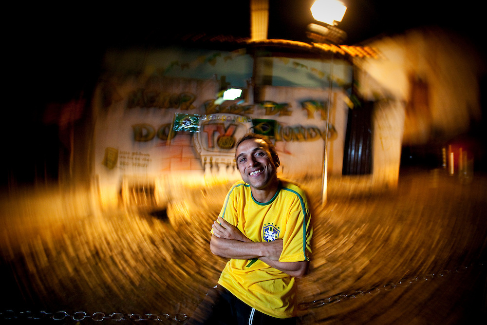 Sabara_MG, Brasil...TV Muro transmite ao vivo jogos da selecao brasileira na Copa do Mundo de futebol 2010 em Sabara, Minas Gerais.  Na foto o criador da TV Francisco Dario dos Santos, o Chiquinho...Wall TV live broadcasts the Brazil matches in the World Cup football 2010 in Sabara, Minas Gerais. In this photo the creator Francisco Dario dos Santos, Chiquinho..Foto: NIDIN SANCHES / NITRO