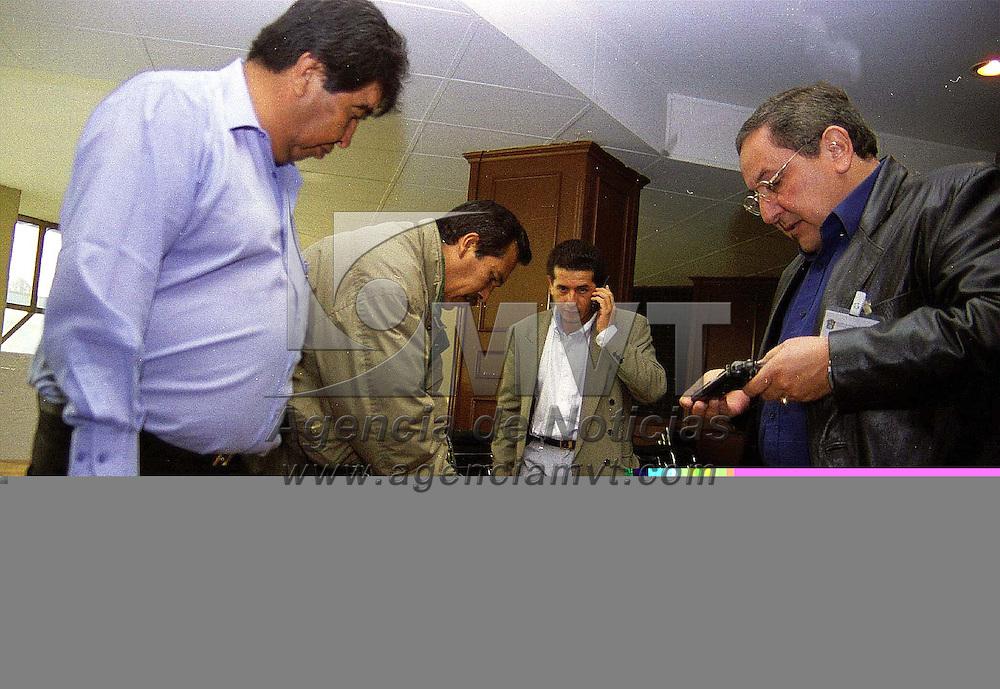 Toluca, Méx.- Cerca de 100 jefes de grupo de la policìa judicial estatal fueron trasladados al centro de formaciòn de la PFP en San Luis Potosí para recibir un curso de capacitación. Los policías aseguraron estar inconformes con la forma en que fueron seleccionados para ser llevados a un centro de la PFP. Agencia MVT/ Mario B. Arciniega