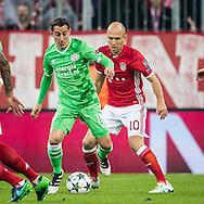 MUNCHEN, Bayern Munchen - PSV, 19-10-2016, voetbal, Champions League, seizoen 2016-2017, Allianz Arena Munchen, PSV speler Andres Guardado (L), Bayern Munchen speler Arjen Robben (R).