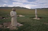 Mongolia. Turkish statue  Huduu Nuur      / Alignement de deux statues anthropomorphes.Près du lac Terkin Tsagaan, Nuur, (Granit, VI-VIIIème siecle; ht : 1,20 m environ). Certaines de ces statues monolythes (KUN TCHULUU) ont ete decapitees, suite à des invasions successives, sans qu'on puisse retrouver leur tête sur les lieux. Certains passants se sont amuses à mettre sur ces corps sans tête une pierre aux formes proportionnelles. (R, dans l'aymag de ARQANGAY / /93    L920723  /  P0007434