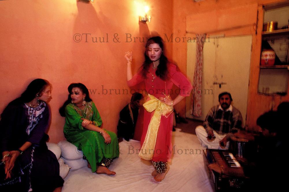 Pakistan, Punjab,Lahore, Hira Mandir, le Quartier des Diamants, Dancing Girls, prostitue // Pakistan, Punjab, Lahore, Hira Mandir the diamond area, famous for prostitution, dancing girl