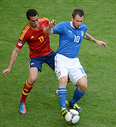 FUSSBALL  EUROPAMEISTERSCHAFT 2012   VORRUNDE Spanien - Italien            10.06.2012 Alvaro Arbeloa (li, Spanien) gegen Antonio Cassano (re, Italien)