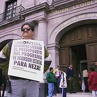Toluca, Méx.- Manifestación frente a la camara de diputados en demanda de que sea aplicado el 20% del Programa de Inversión Estatal a los municipios con alcaldes perredistas. Agencia MVT / Mario Vázquez de la Torre.
