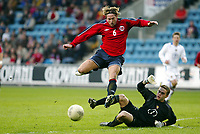 Fotball, 28. april 2004, Privatlandskamp, Norge-Russland 3-2, Thorstein Helstad, Norge, og Igor Akinfeev, Russland