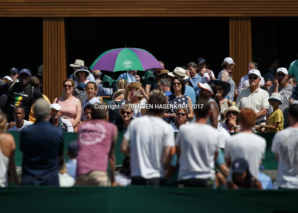Wimbledon Feature, Zuschauer mit Sonnenschirm auf einem Aussenplatz<br /> <br /> Tennis - Wimbledon 2017 - Grand Slam ITF / ATP / WTA -  AELTC - London -  - Great Britain  - 7 July 2017.