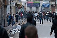 Les policiers et les manifestants s'affrontent à proximité de la Medina. // A la suite de nombreux pillages et saccages commis dans le centre ville de Tunis la Police accompagnée des habitants organisés en comité de quartiers chassent les pilleurs, Tunis dimanche 27 février 2011. © Benjamin Girette/IP3 press