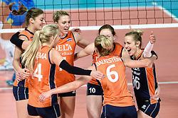 26-09-2015 NED: Volleyball European Championship Nederland - Slovenie, Apeldoorn<br /> Vreugde bij Nederland met Anne Buijs #11, Quinta Steenbergen #7, Debby Stam-Pilon #16, Lonneke Sloetjes #10<br /> Photo by Ronald Hoogendoorn / Sportida