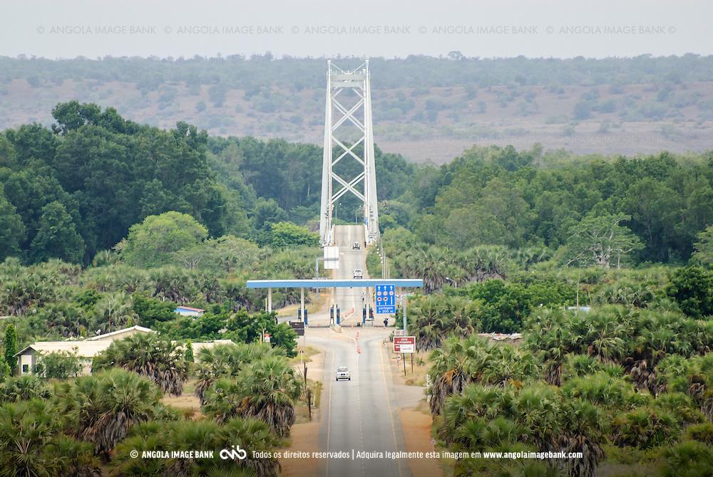 A ponte sobre o rio Kwanza (Cuanza) perto da foz. Angola