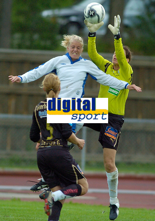 Solveig Gulbrandsen, Kolbotn i duell med Elisabeth Eriksen, Asker. Toppserien 2007: Kolbotn - Asker 2-0. 30. juni 2007. (Foto: Peter Tubaas/Digitalsport).