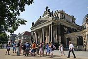 Kinder vor der Kunstakademie, Dresden, Sachsen, Deutschland.|.Dresden, Germany, academy of arts