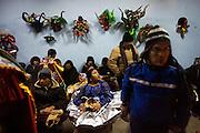 Un grupo de personas descansa  en la fiesta religiosa  de La Tirana, realizada en honor a la Virgen del Carmen en el pueblo de La Tirana, ubicado 1.773 kilómetros al noreste de Santiago (Chile). La Tirana, población que cuenta con 600 habitantes, recibe entre 200.000 y 250.000 visitantes durante la semana de celebraciones a la que asisten fieles provenientes de diversas partes de Chile, Perú y Bolivia.