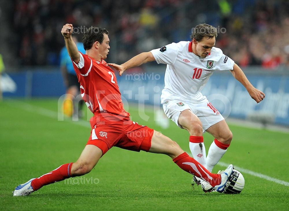 FUSSBALL INTERNATIONAL  EM 2012-Qualifikation  Gruppe A  12.10.2010 Schweiz - Wales Stephan LICHTSTEINER (li, Schweiz) gegen David Vaughan (re, Wales)