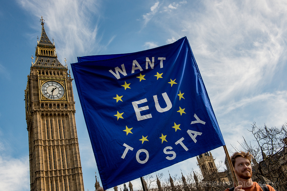 Banner pro European Union and the Big Ben in Parliament Square.