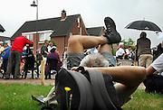 Nederland, Nijmegen, 17-7-2008Vierdaagse, de dag van Groesbeek. Traditioneel de zwaarste vanwege de zevenheuvelenweg die een vijftal heuvels heeft tussen Groesbeek en Berg en Dal. Hier de doorkomst in Berg en Dal. Een loper ligt even te rusten op het gras.Foto: Flip Franssen/Hollandse Hoogte