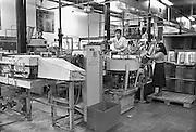 Nederland, Nijmegen, 20-2-1980Productie bij de Dobbelman zeep en wasmiddelen fabriek. Deze stond in de wijk Bottendaal, en er werkten al vroeg gastarbeiders uit Marokko en Turkije. Rechts een vrouw uit Vietnam. Destijds waren er veel vietnamese bootvluchtelingen.Foto: Flip Franssen/Hollandse Hoogte