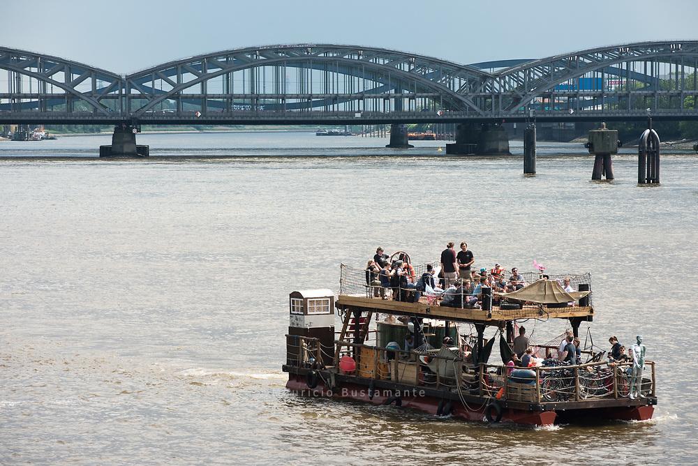 Eine Gruppe von Wilhelmsburgern will mit einem Kulturfloß die Elbe erobern. Eine hundert Quadratmeter große Fläche auf der Schaluppe bietet Raum für Konzerte und Kino.