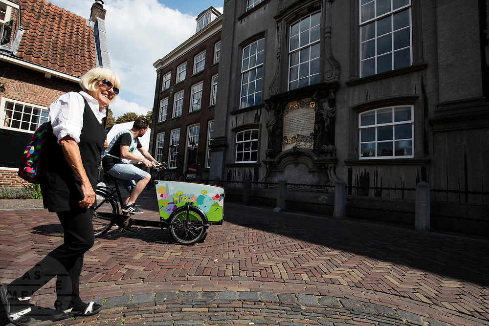 In Utrecht rijden fietsers door de binnenstad.<br /> <br /> In Utrecht cyclist ride at the city center.