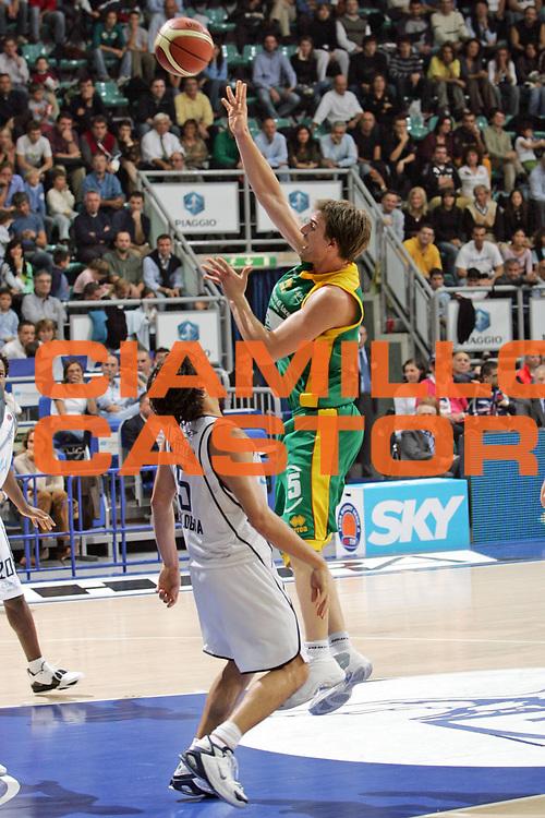 DESCRIZIONE FOTO : BOLOGNA CAMPIONATO ITALIANO LEGA A1 2004-2005<br /> GIOCATORE : JURAK<br /> SQUADRA : SICC JESI<br /> EVENTO : CAMPIONATO ITALIANO LEGA A1 2004-2005<br /> GARA: CLIMAMIO BOLOGNA-SICC JESI<br /> DATA : 24/10/2004<br /> CATEGORIA DELLA FOTO : TIRO<br /> CATEGORIA SPORT : Pallacanestro-Basketball<br /> AUTORE: Agenzia Ciamillo &amp; Castoria/S.Silvestri