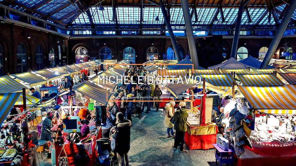 Il tradizionale mercatino di Natale della Città di Torino  nel cortile del Maglio e in piazza Borgo Dora. Torino dicembre 2015